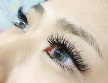 哺乳期女性可以做睫毛种植术吗