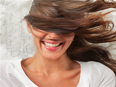 如何在大风天保护头发